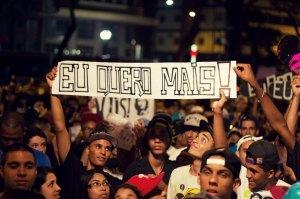 Fãs com faixas durante o show na Praça da República que rendeu o clipe (Eu Quero) Mais (foto: Karu Martins)