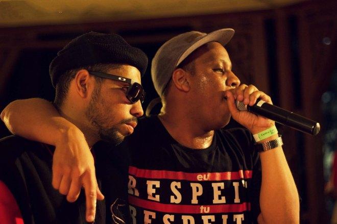 Kamau e Renan Samam durante show que rendeu o clipe (Eu Quero) Mais (foto: Karu Martins)