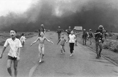 Crianças atingidas por Napalm, Vietnã, Guerra do Vietnã.