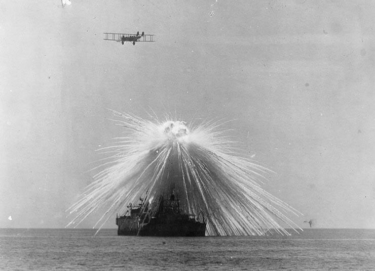 Explosão de Fósforo Branco sobre o USS Alabama, exercício de teste, 1921.