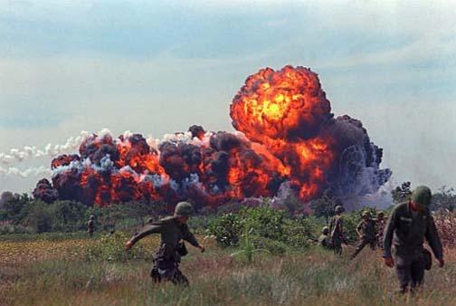 Explosão provocada pro Napalm, Guerra do VIetnã, 1966.