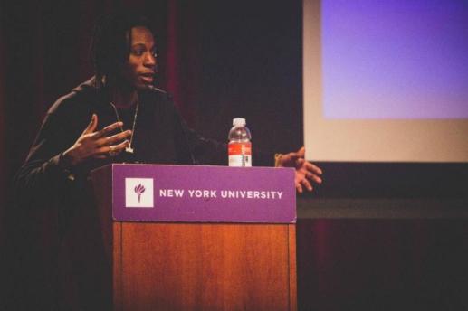 Joey Bada$$ palestrando na New York University, em abril de 2016.